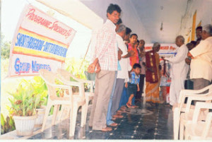 donating_vastras_to_oldage_people